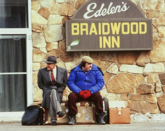 John Candy and Steve Martin waiting for their lift from Owen at the Braidwood Inn.